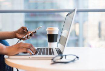 Zwarte vrouw laptop